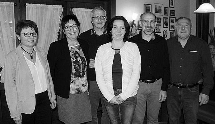 Werner Blum (von rechts) übernimmt Vorsitz von Hermann Billharz. Ilka Frcke gibt Kasse an Hans-Peter Zühlke ab. Im Amt bleiben Gisela Laun als Schriftführerin und Andrea Dilger als 2. Vorsitzende.